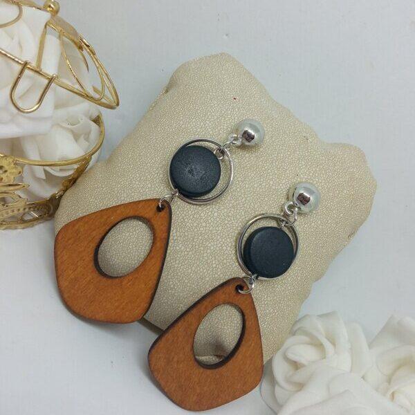 Σκουλαρίκι κρεμαστό με ξύλινα στοιχεία και πέτρα.